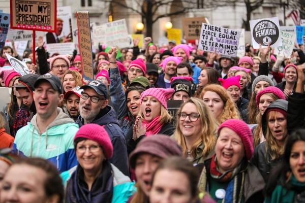 「これが民主主義だ」と叫びながらホワイトハウス近くを行進する抗議デモ参加者たち=2017年1月21日、米ホワイトハウス、ランハム裕子撮影