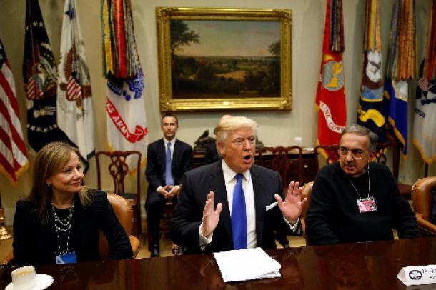 大手自動車メーカー首脳らと会談するトランプ大統領(中央)。左はゼネラル・モーターズ(GM)のメアリー・バーラ最高経営責任者(CEO)=ロイター