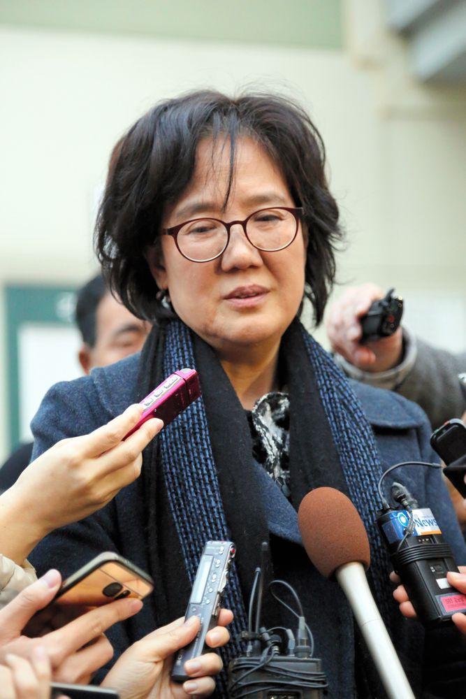 写真・図版 : 刑事訴訟が結審し、取材に答える韓国の朴裕河・世宗大教授=2016年12月20日