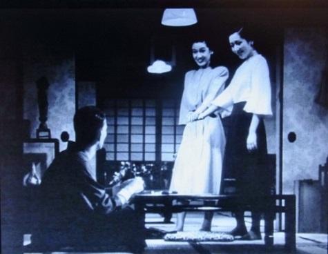 【写真1】 「ほんとうなら、もうとうに行ってなくちゃ」と、紀子の縁談話を切り出す杉村春子=写真は、『晩春』のDVDより筆者作成(写真2~7も同様)