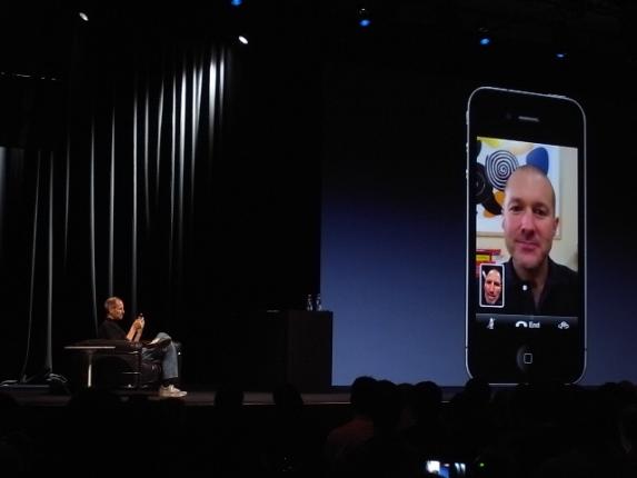 iPhoneのテレビ電話機能を披露するアップルのスティーブ・ジョブズCEO=2010年6月8日、米サンフランシスコ