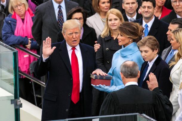 ワシントンの米連邦議会議事堂前での就任式で宣誓するトランプ大統領=1月20日、ランハム裕子撮影