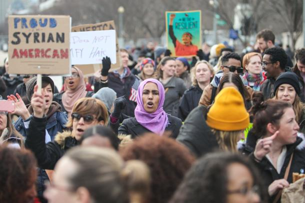 移民や難民の入国を制限するトランプ氏の大統領令に対し、ホワイトハウス前で行われた抗議運動=1月29日、ランハム裕子撮影