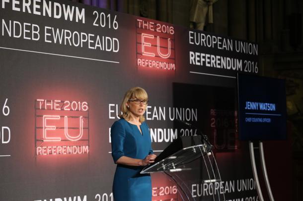 全国の開票結果を発表する選管の統括責任者ジェニー・ワトソンさん=2016年6月24日、マンチェスター