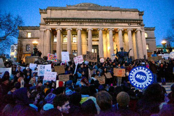 1月30日、米ニューヨークのコロンビア大学であったトランプ米大統領の入国禁止令への抗議集会=ロイター