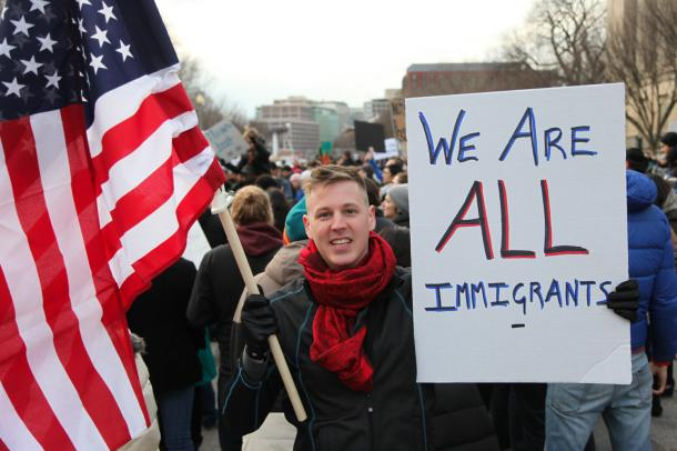 写真・図版 : 移民や難民の入国を制限するトランプ氏の大統領令に対し、ホワイトハウス前で行われた抗議運動=1月29日、ランハム裕子撮影