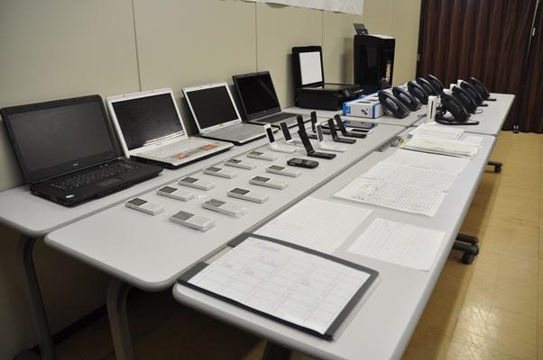 東京都新宿区にある特殊詐欺グループの拠点から警視庁の合同創作本部が押収した電話やパソコンなど=2014年11月13日、品川署