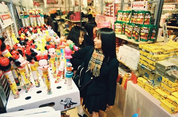 バレンタインデーの贈り物を求める女性で、チョコレート売り場は大にぎわい=1997年2月13日、名古屋市中区栄3丁目のロフト名古屋