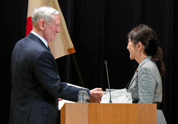 記者会見を終え、稲田朋美防衛相(右)と握手をかわすマティス米国防長官=2月4日、東京・防衛省