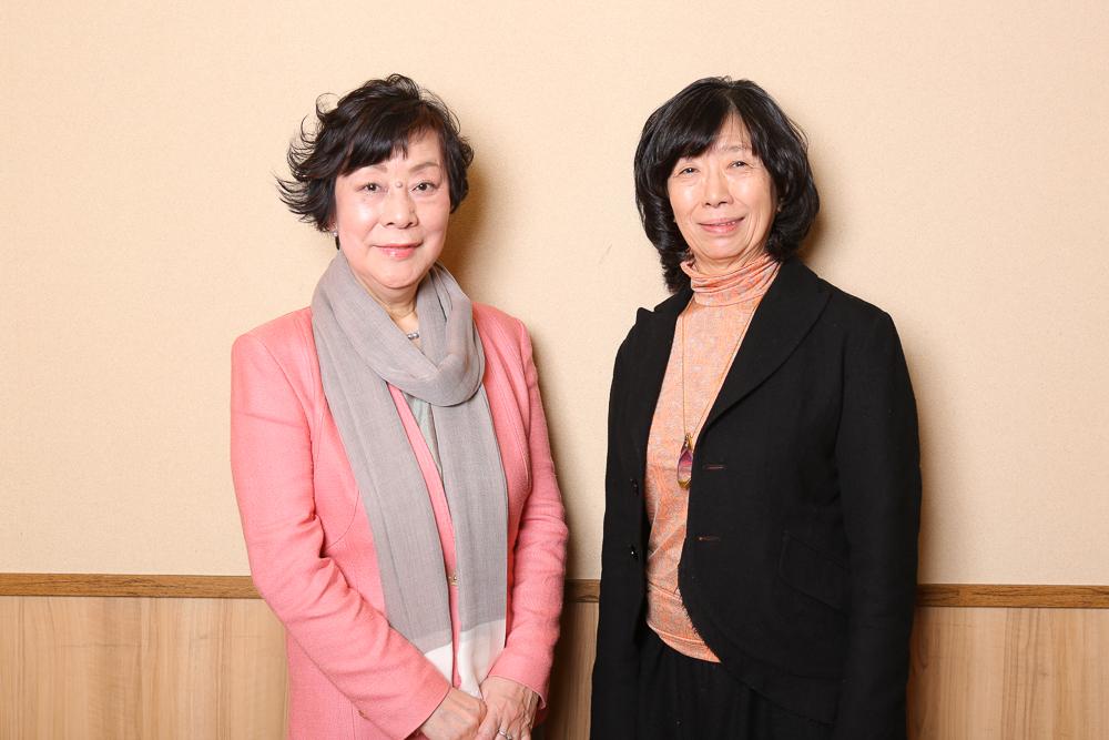 写真・図版 : 萩尾望都(左)と倉田淳=宮川舞子撮影