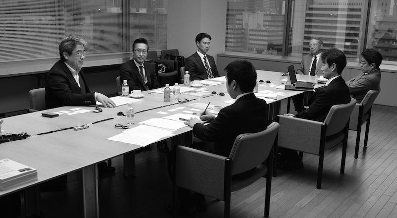 写真・図版 : 座談会で議論する参加者=朝日新聞東京本社(吉永考宏撮影)