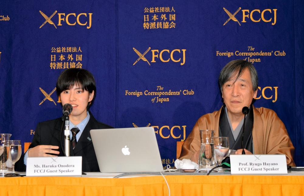 写真・図版 : 福島高校の生徒と外国特派員協会で記者会見する早野龍五さん(右)=2016年2月8日、大岩ゆり撮影