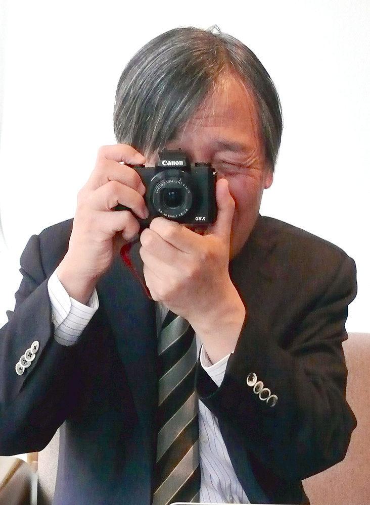 写真・図版 : インタビューする記者を逆にパチリ。趣味の写真で個展も開く早野龍五さん