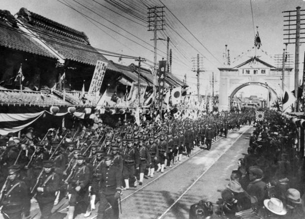 日露戦争の勝利で日本橋を凱旋(がいせん)行進する歩兵隊