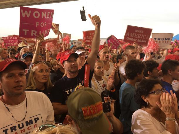 写真・図版 : トランプ米大統領の演説に大歓声で応じる支持者たち=2月18日、米フロリダ州メルボルン