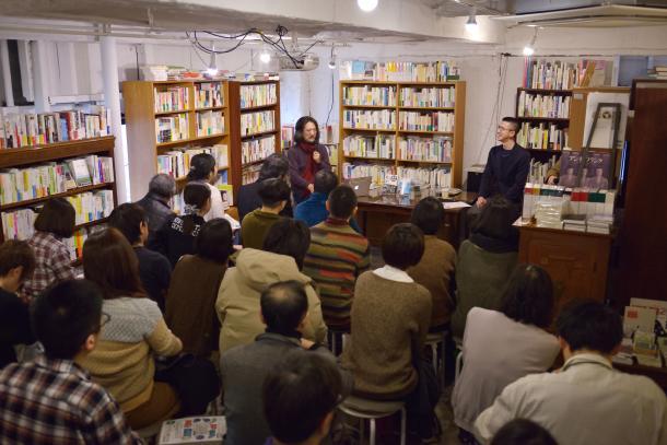 写真・図版 : 東京・下北沢の本屋B&Bで行われた新城カズマさんと木村草太さんの対談風景