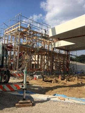 写真・図版 : 建築中の様子。建物の骨組みがすべて木であることがわかる =写真はいずれも瀬戸亨一郎さん提供