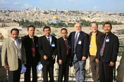 写真・図版 : インドネシアのイスラム教指導者とクーパー師(右から3番目)=2007年、エルサレムで