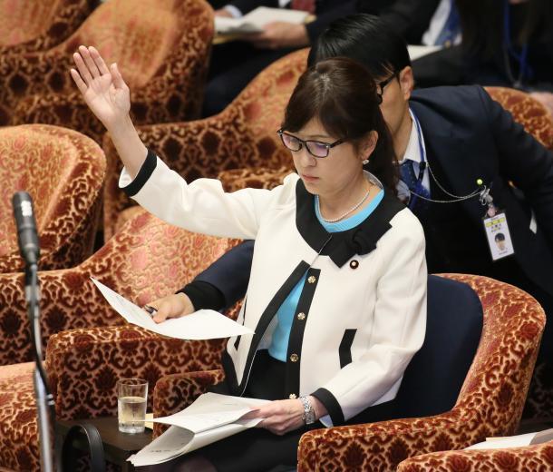 衆院予算委分科会で、民進党の辻元清美氏の質問に、挙手しながら答弁内容を確認する稲田朋美防衛相=2月23日