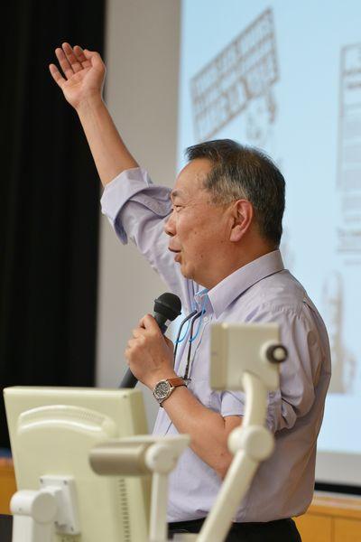 写真・図版 : 講演する石田英敬教授