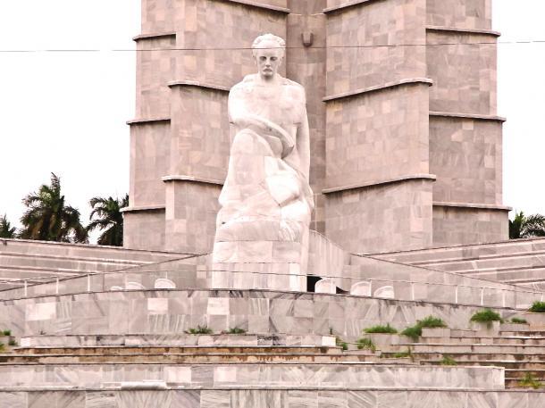革命記念日の集会では、カストロはこの像の前で演説をした=2016年2月、伊藤撮  影