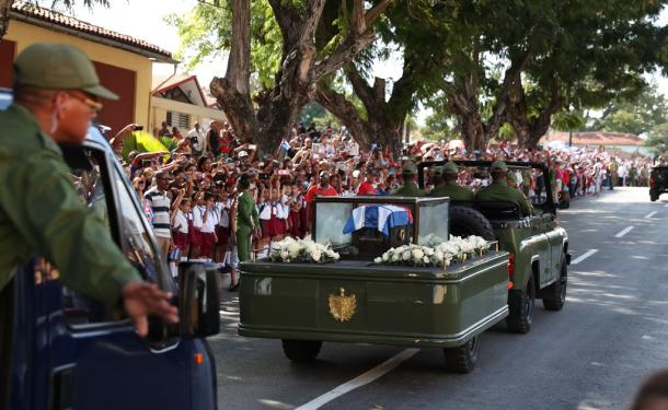 フィデル・カストロ前議長の遺骨を乗せたキャラバンが、大勢の市民が見守るなか進んだ=3日、サンティアゴデクーバ