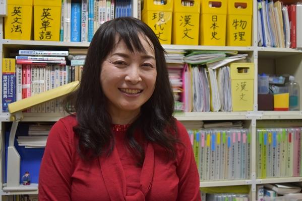 息子3人が東大理Ⅲに合格し、子育て術が話題を呼ぶ佐藤亮子さん=2015年11月30日、奈良市の自宅