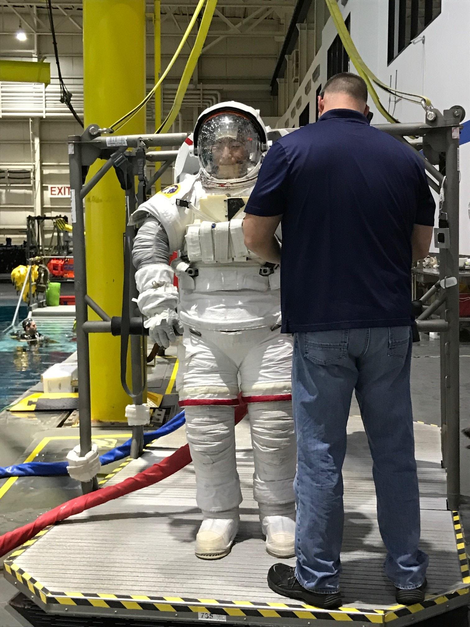 写真・図版 : 6時間の訓練を終えた油井飛行士(JAXA/NASA提供)