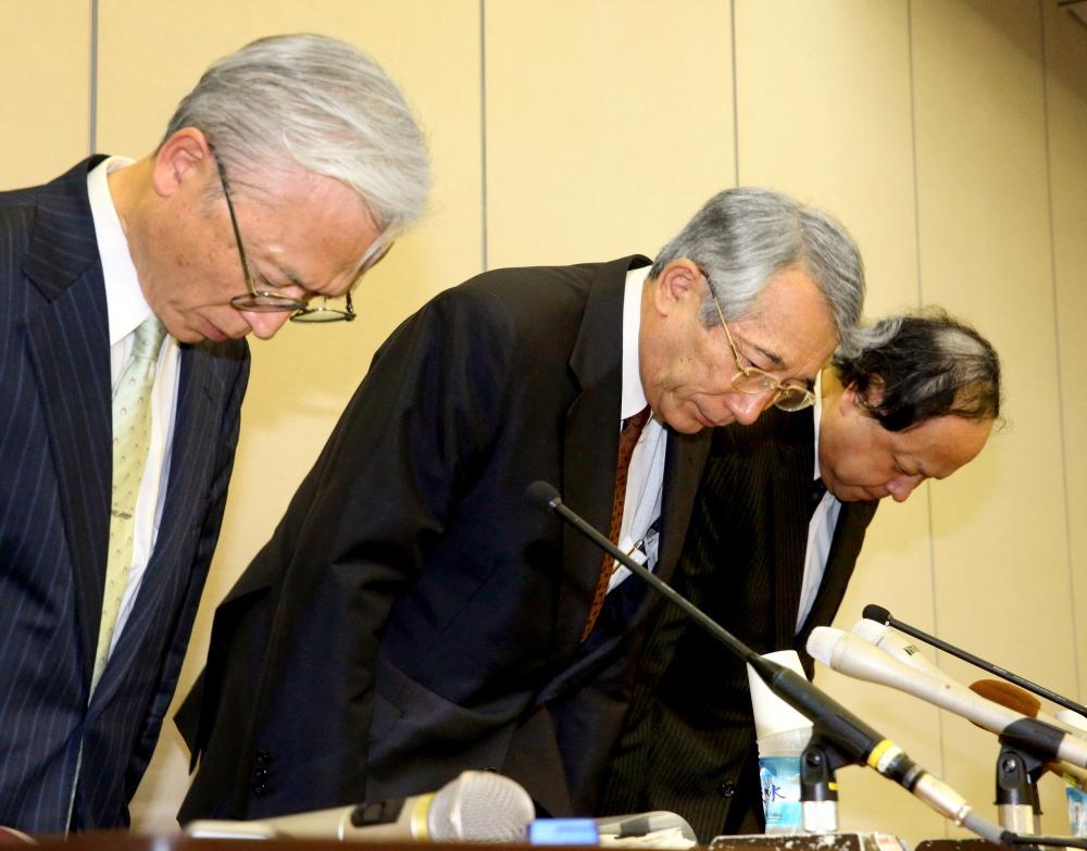写真・図版 : 記者会見で謝罪する京都府立医科大の学長、病院長ら=2013年7月11日