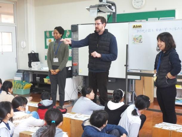写真・図版 : アメリカ人のゲストティーチャーと英語でやりとりする5年生の授業=福岡市の愛宕浜小学校