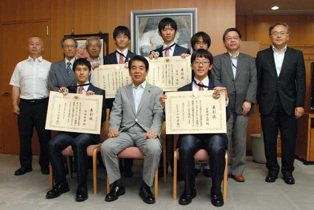 写真・図版 : 帰国して文部科学省を表敬訪問した2015年の日本代表メンバー=国際生物学オリンピック日本委員会提供