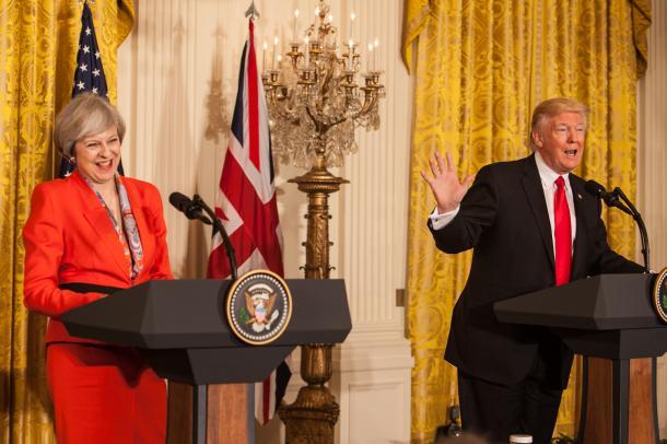 ホワイトハウスで共同で会見するトランプ米大統領(右)とメイ英首相=1月27日、ワシントン、ランハム裕子撮影