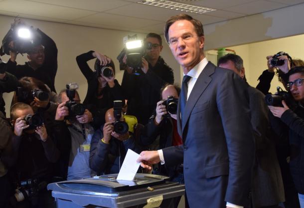 ハーグの投票所で一票を投じるルッテ首相