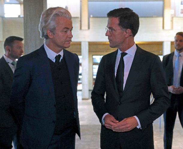 写真・図版 : オランダ南部ロッテルダムで3月13日、討論会に出席した自由党のウィルダース党首(左)とルッテ首相=ロイター