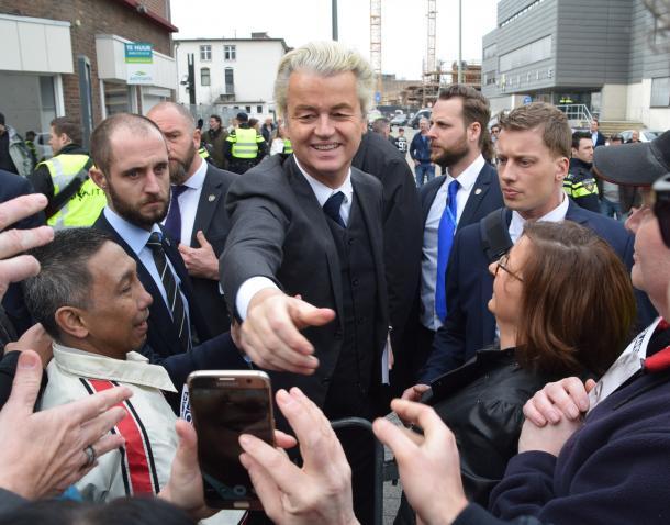 写真・図版 : 有権者らとの握手に応じるPVVのウィルダース党首=3月11日、オランダ・ヘーレン
