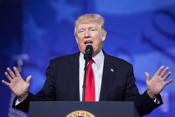 写真・図版 : 保守政治行動会議でスピーチするトランプ大統領=2月24日、メリーランド州オクソンヒル、ランハム裕子撮影