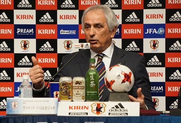 サッカー日本代表のメンバー選考の意図を説明するハリルホジッチ監督=2017年3月16日