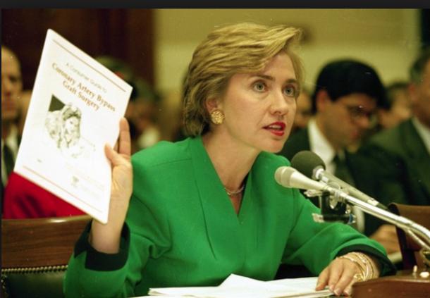 写真・図版 : 健康保険制度改革について議会で証言するヒラリー・クリントン=Clinton Presidential Libraryより