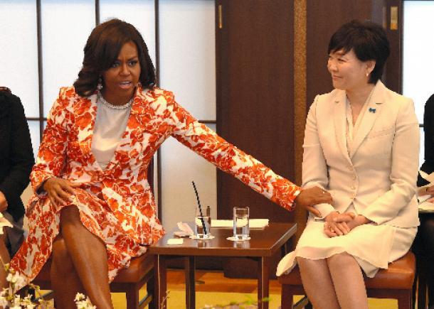 写真・図版 : ミシェル・オバマ米大統領夫人(左)と安倍昭恵・首相夫人=2015年3月