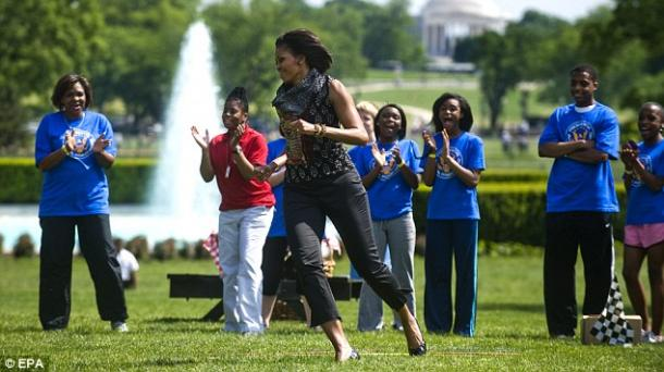 写真・図版 : ホワイトハウスでの「Let's Move」イベントのミシェル・オバマ=National First Ladies Library ウエブサイトより