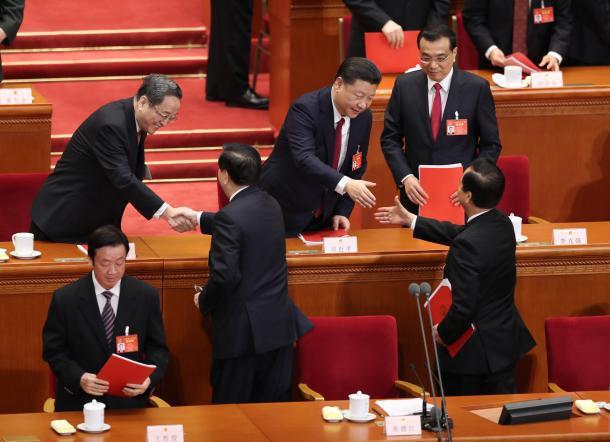 全人代が閉幕し、出席者と握手する習近平国家主席(中央)=3月15日、北京