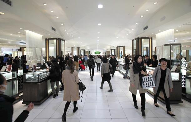 4年前にリニューアルした三越伊勢丹の新宿店1階フロア=2013年3月6日、東京都新宿区