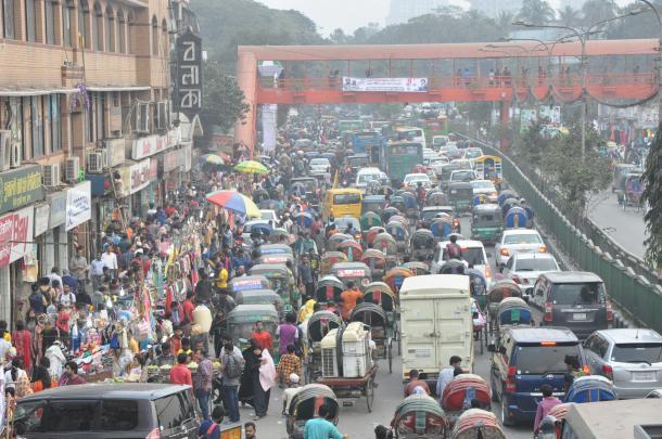日ごとに悪化する交通渋滞。車の平均速度は時速6キロまで落ち込んでいる=ダッカ中心街で