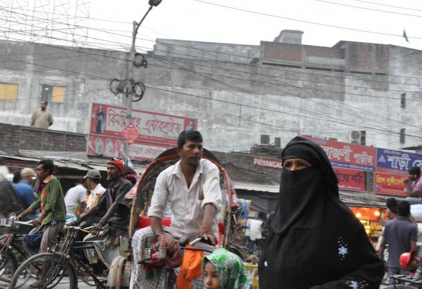 写真・図版 : 街を歩く女性の中には、黒いニカブで顔を覆う人が増えた=ダッカ中心街で