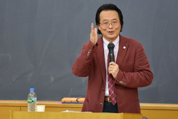 写真・図版 : 講演する白藤博行教授