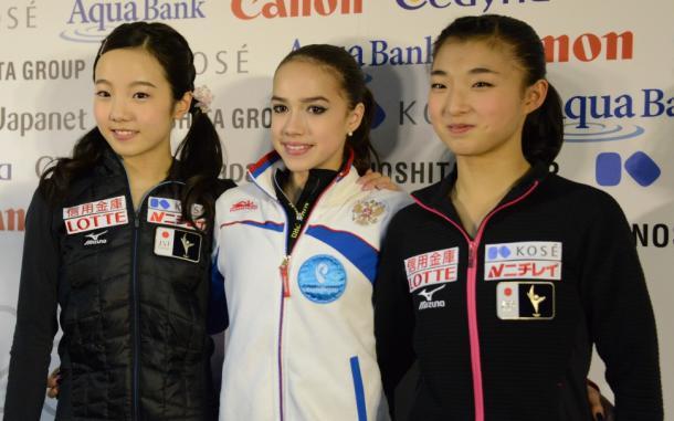 アリーナ・ザギトワ(中央)、2位の本田真凜(左)、3位の坂本花織