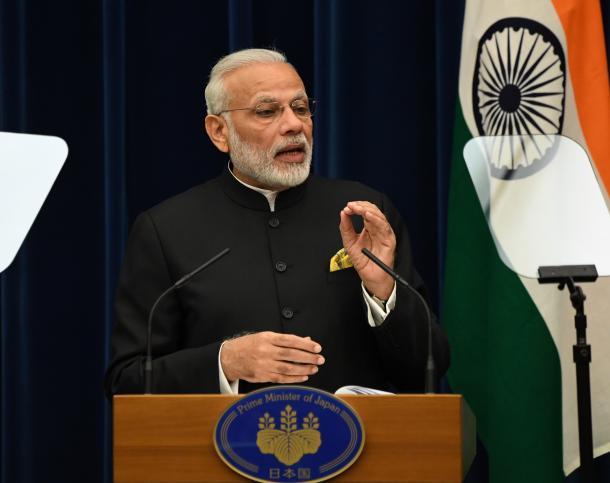 写真・図版 : 署名式を終え、共同会見に臨むインドのモディ首相=2016年11月11日午後、首相官邸