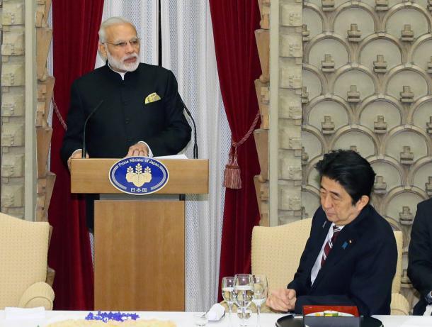 写真・図版 : 晩餐(ばんさん)会であいさつするインドのモディ首相。右は安倍首相=2016年11月11日午後、首相公邸、代表撮影