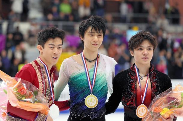 写真・図版 : 2016年12月のグランプリファイナルで優勝した羽生結弦と2位のネイサン・チェン(左)、3位の宇野昌磨。ピョンチャン五輪の表彰式でもこのメンバーが?