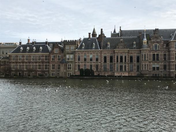 川べりに立つ、オランダ議会の建物(ハーグにて)